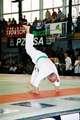 Osiemdziesiecioletni senior Kyokushin demonstrujący minutowe stanie na rękach